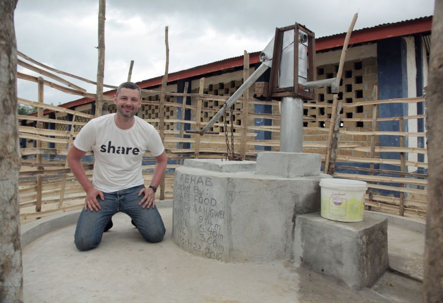 Sebastian Stricker vor einem share Brunnen in Liberia.
