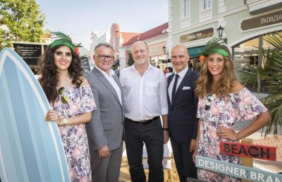 Da war es noch hell beim Late Night Shopping am 23. August in Parndorf (v.l.): Promotiondame, Landeshauptmann Hans Niessl, Bürgermeister Wolfgang Kovacs, Mario Schwann, Center Manager McArthurGlen Designer Outlet Parndorf, Promotiondame © McArthurGlen Designer Outlet Parndorf