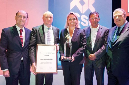 Awardübergabe (v.l.n.r.): Derek Barker,  United Kingdom;  COO Dr. Marcus Mühlberger, Signa Holding; Mag. Marie-Therese Jutz, Marketingleiterin Kaufhaus Tyrol; Jan Eijkemans, Netherlands; ICSC Vice-Chair Avi Alkas, Turkey