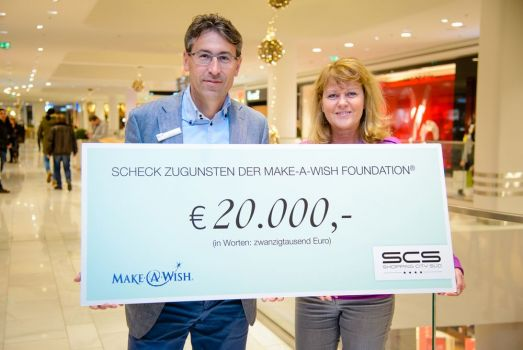 Centermanager Anton Cech übergibt die Spende an Make-A-Wish-Chefin Andrea Scholz. © Make-A-Wish