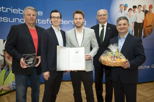 Gerhard Hutter (Obmann der NÖGKK), Christian Meister (Leiter HR-Management, Rewe), Philipp Dolleschal (HR-Manager, Rewe), Jan Pazourek (Generaldirektor NÖGKK) und LR Maurice Androsch (Gesundheitslandesrat NÖ). © NÖ Gebietskrankenkasse/APA-Fotoservice/Hörmandinger