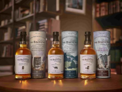 Whiskys von The Balvenie mit den Bezeichnungen The Sweet Toast of American Oak, A Week of Peat und A Day of Dark Barley. © William Grant & Sons Group